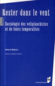 Rester dans le vent ; sociologie des véliplanchistes et de leurs temporalités - Couverture - Format classique